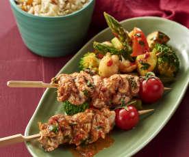 鸡肉串配孜然饭与热蔬菜色拉