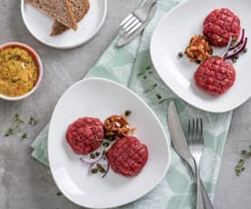 Tatar wołowy z kaparami, czerwoną cebulą, suszonymi pomidorami i aïoli