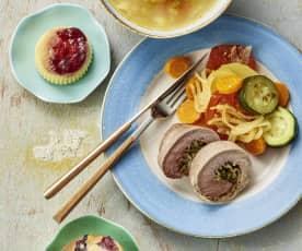 蔬菜通心粉汤、猪肉卷配蔬菜、浆果麦芬与布丁